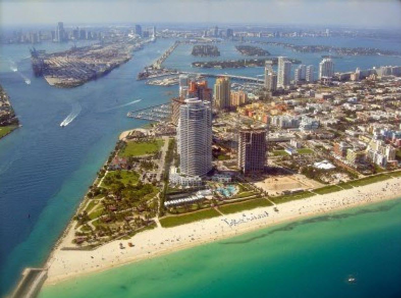 Blick auf Miami Beach. Im Hintergrund ist die Skyline von Miami