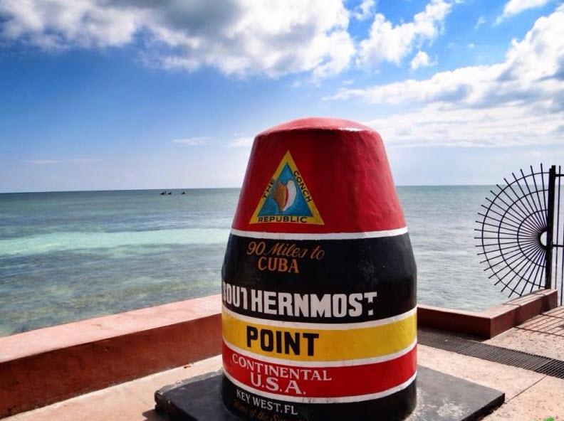 """Der südlichste Punkt von den kontinentalen USA ist am """"Southermost Point"""" zu finden, der mit einer markanten Boje gekennzeichnet ist."""